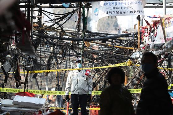 지난달 18일 인천시 남동구 소래포구 어시장에서 화재가 발생했다.화재로 가건물 형태의 좌판 322개 중 2/3 가량이 전소되고 인근 상가건물에 들어선 횟집 등 점포들도 피해를 입었다. [중앙포토]