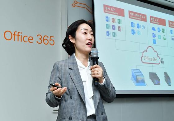 유현경 한국 MS 오피스 마케팅 총괄 이사가 17일 서울 종로구 사무실에서 새로운 오피스365에 관해 설명하고 있다 [사진 한국 MS]
