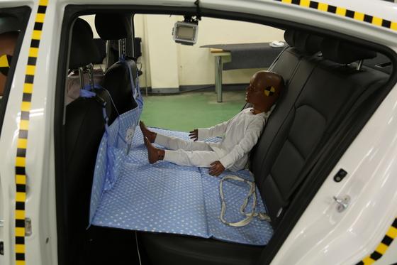 차량용 놀이방 매트에 탑승한 어린이 모형. 차량 충돌 실험에서 치명상을 입었다. [사진 교통안전공단]