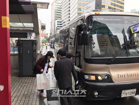 [사진=17일 서울 중구 롯데백화점 소공점 앞에서 고객들이 신라면세점 무료 셔틀버스 이용을 위해 버스에 오르고 있다. IS포토]