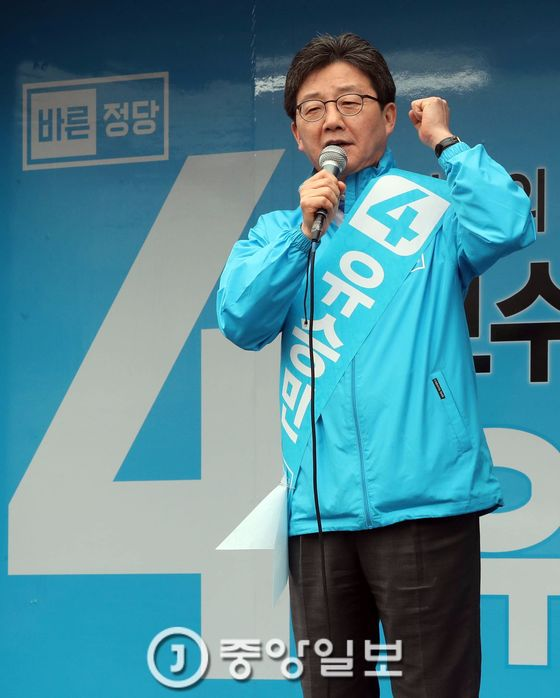 유승민 바른정당 후보가 4월 17일 오후 수원 지동교 위에서 유세한 뒤 지동시장과 영동시장 상인들을 만났다. 강정현 기자