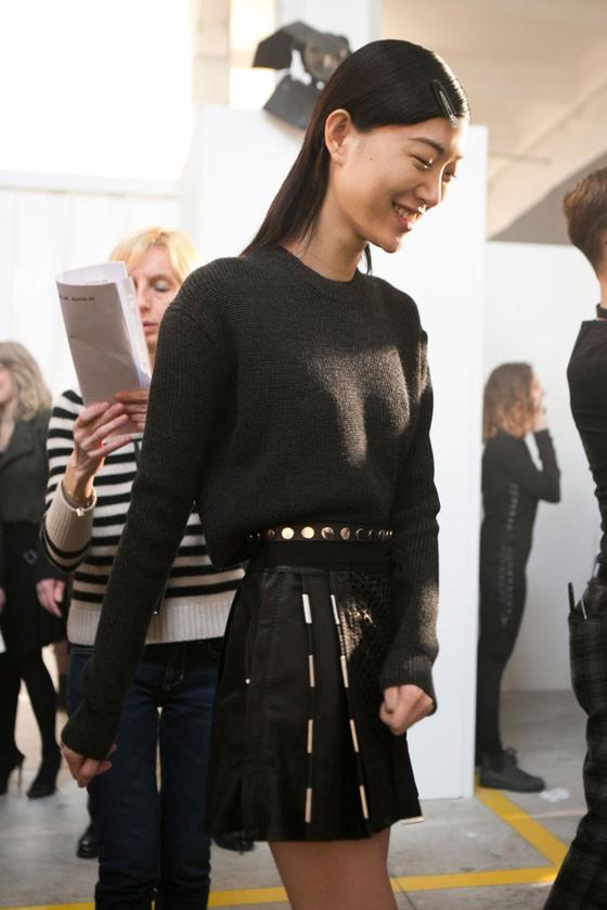 뉴욕에서 열린 '디젤' 2016 FW 패션쇼 백스테이지. 모델 최소라가 리허설을 하고 있다.  [사진 최소라 인스타그램]
