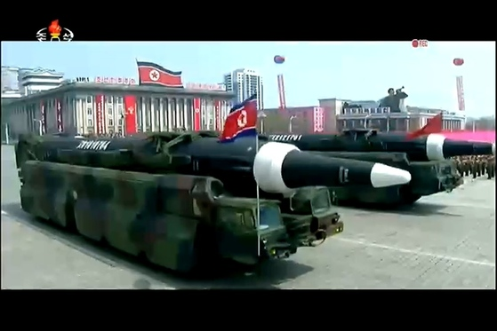 북한이 지난 15일 열병식에서 공개한 KN-08. 바퀴 12개짜리 이동식 미사일 발사대(TEL)에 실려 있다. [사진 조선중앙TV]