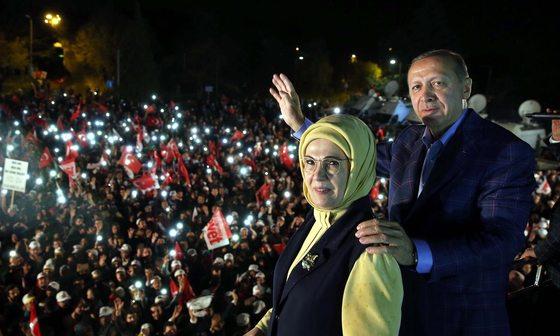 에르도안 터키 대통령과 부인 에민 여사가 16일 개헌안 국민투표가 통과된 뒤 이스탄불에서 환호하는 지지자들에게 손을 흔들고 있다.