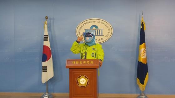 늘푸른한국당 이재오 후보가 17일 국회 정론관에서 대선 후보 복면 토론을 제안했다.[허진 기자]