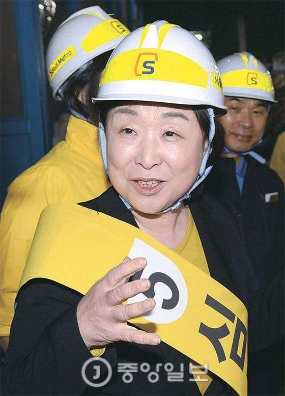 심상정 정의당 후보가 지난 17일 서울메트로 지축차량기지에서 비정규직 노동자들을 만났다. 강정현기자