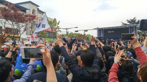 전북 전주의 전북대 구 정문 앞에서 열린 유세 도중, 시민들을 향해 주먹을 쥐어 보이는 문재인 민주당후보. [정종훈 기자]