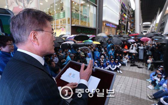 문재인 더불어민주당 대선후보가 17일 오전 대전 으능정이문화의거리에서 유세차에 올라 지지를 호소하고 있다. [중앙포토]