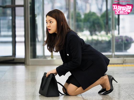 검은색 투피스 정장을 고집하는 고아성 [드라마 자체발광 오피스 홈페이지]