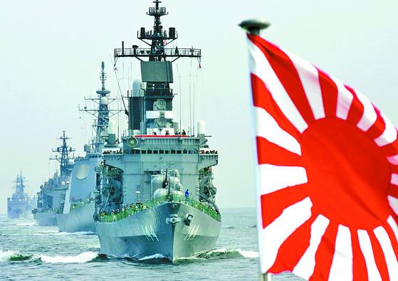 욱일승천기를 단 일본 해상자위대 함정.  [중앙포토]