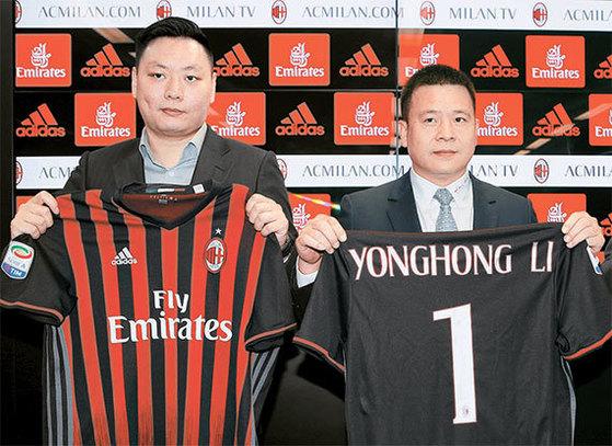 중국 축구계가 유럽 축구 관찰자에서 운영자로 변신하고 있다. 빅 클럽을 인수한 뒤 운영 노하우를 빠르게 흡수하고 있다. 사진은 지난 14일 AC밀란을 인수한 중국계 투자회사 관계자들이 유니폼을 들고있는 모습. [밀라노 로이터=뉴스1]