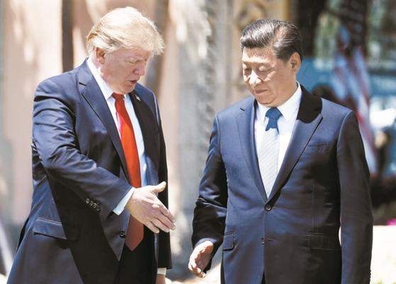 도널드 트럼프 미국 대통령(왼쪽)이 지난 4월 7일(현지시간) 플로리다주 팜비치 마라라고 리조트에서 정상회담을 마친 뒤 시진핑 주석에게 악수를 청하고 있다. 두 정상은 이날 북핵 억제를 위해 협력을 강화하기로 뜻을 같이했다. [사진 중앙포토]