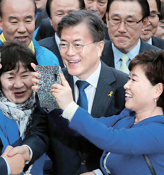 문재인 더불어민주당 후보가 17일 대구, 대전, 수원에 이어 서울 광화문광장에서 유세를 벌였다. 문 후보가 지지자들과 셀카를 찍고 있다. [오종택·박종근 기자]