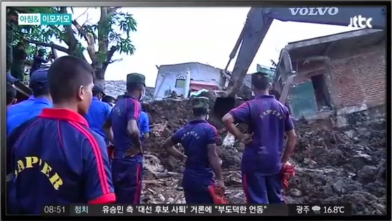 지난 14일 스리랑카의 수도 콜롬보 인근에서 발생한 '쓰레기 산' 붕괴 현장에서 구조당국이 구조 작업을 벌이고 있다. [사진 JTBC 캡처]