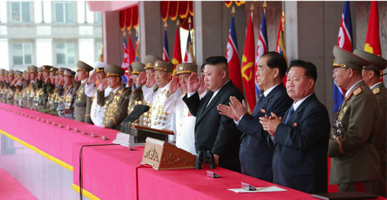 북한 김정은 노동당 위원장이 15일 김일성 생일(태양절) 개최된 열병식 참석해 경례를 하고 있다. [사진 노동신문]