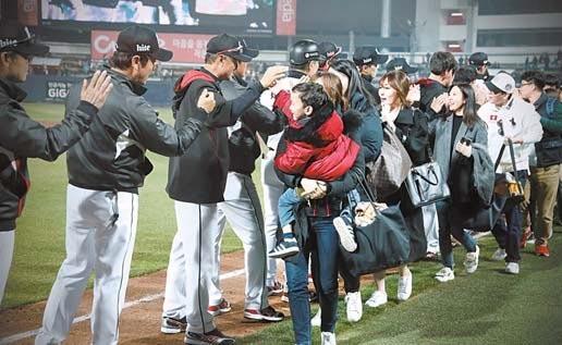 최근엔 구단마다 팬들을 위해 선수단과의 '하이파이브' 이벤트를 기획해 인기가 많다. 지난 7일 삼성과의 경기가 끝난 뒤 KT 선수단과 팬들이 만났다.