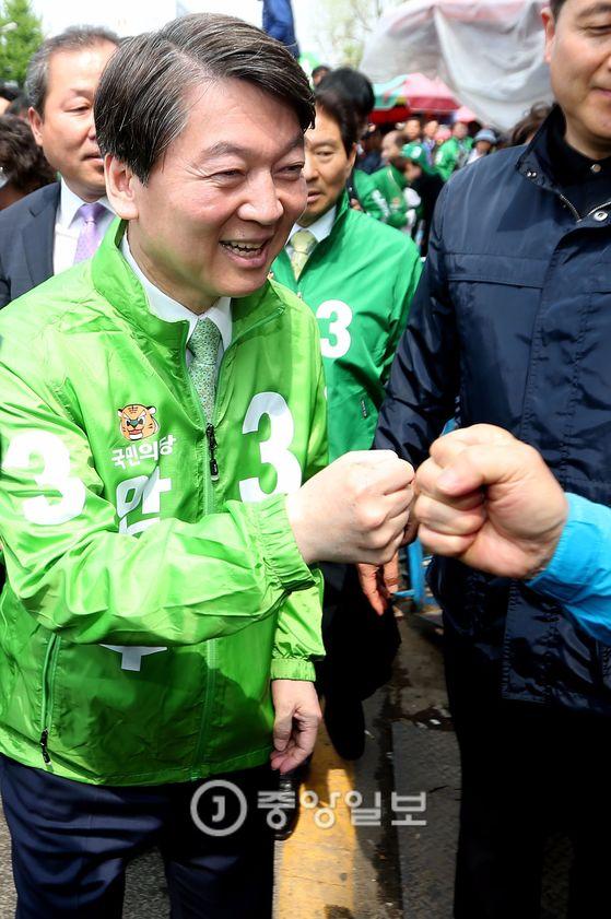 안철수 국민의당 대선후보가 18일 오전 대전 동구 중앙시장을 찾아 시민들과 인사를 나누고 있다. [중앙포토]