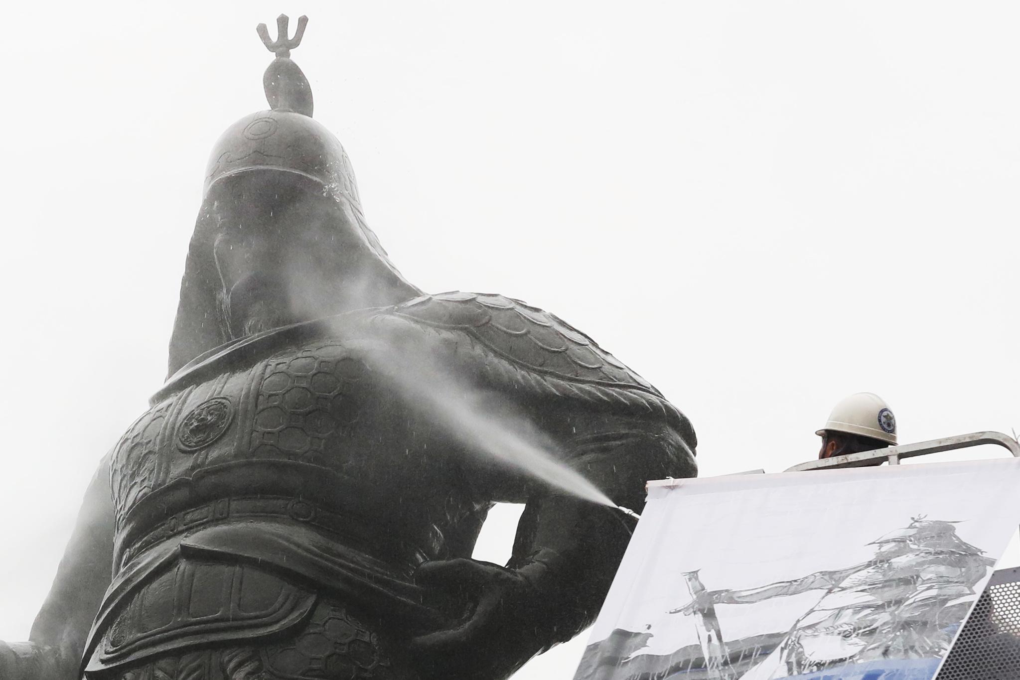 충무공 이순신 장군 탄신 제472주년을 열흘 앞둔 18일 오후 서울 세종로 광화문광장에서 이순신 장군 동상 친수식이 진행됐다. 장진영 기자