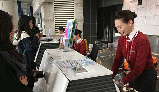 청주공항에서 일하는 김지연씨는 회사가 계약직을 없앤 덕분에 인턴에서 바로 정규직이 됐다. [사진 이스타포트]