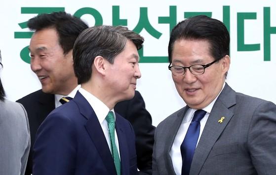 국민의당 중앙선거대책위원회 제1차회의가 13일 오후 국회에서 열렸다. 안 후보와 박지원 상임선대위원장이 이야기하고 있다. 박종근 기자.