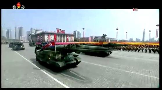 15일 열병식에서 공개한 스커드-ER 개량형 또는 신형 스커드로 추정하는 미사일. 궤도형 TEL을 쓴다.  [사진 조선중앙TV]