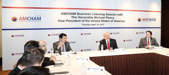 마이크 펜스 미국 부통령(오른쪽에서 둘째) 18일 서울 그랜드 하얏트 호텔에서 주한미국상공회의소 주최 간담회에 참석했다. [사진 암참]