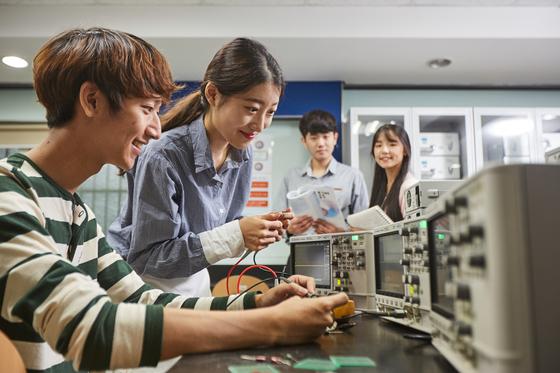 광운대 학생들이 학교 실험실에서 실험에 몰두하고 있다. 광운대는 교육부와 대교협이 진행한 산업계 관점 대학평가에서 건축 시공 분야 최우수 대학으로 선정됐다. [사진 광운대]