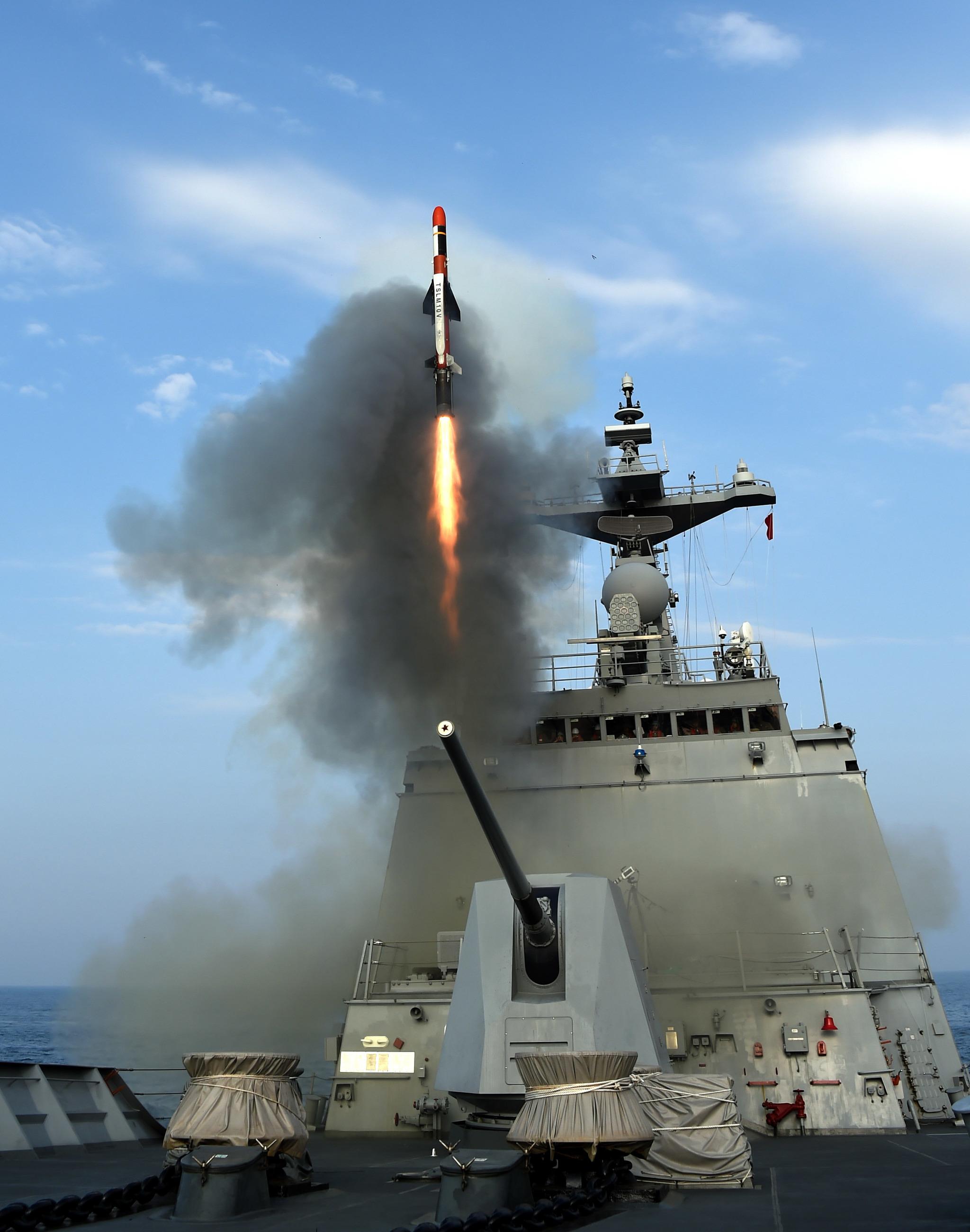국산 기술로 개발완료된 전술함대지유도탄의 해상 호위함에서의 발사모습. [사진 방사청]