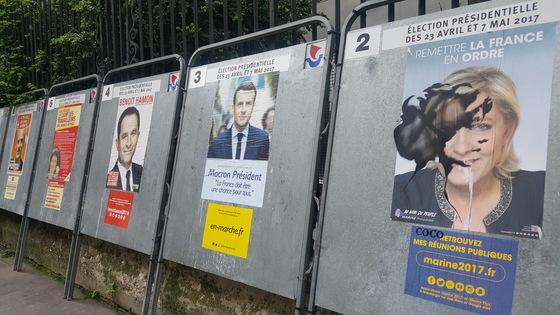 파리 중심가에 설치된 대선 선거 벽보. 극우 국민전선(FN) 소속 마린 르펜 후보의 포스터(맨 오른쪽)에 누군가 검정칠을 해놓았다. 르펜의 왼쪽이 중도파 에마뉘엘 마크롱 후보의 포스터. 파리=김성탁 특파원