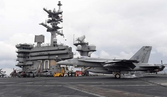 논란을 빚은 미국 제3함대 소속의 핵항공모함인 칼빈슨함. 갑판에 F/A-18 전투기가 착륙하고 있다. [사진 중앙포토]