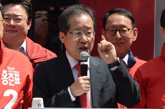 자유한국당 홍준표 대선후보가 18일 부산 부산진구 서면을 찾아 보수세력 결집을 촉구하고 있다. 사진 : 송봉근 기자