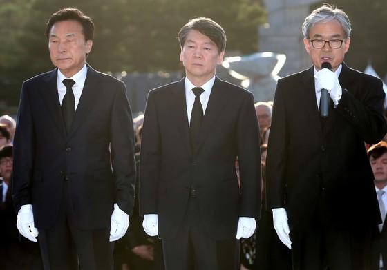 안철수 국민의당 대선후보가 19일 오전 서울 강북구 국립 4.19 민주묘지를 찾아 참배하고 있다.박종근 기자