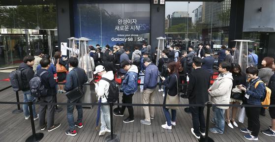 삼성 갤럭시S8 개통행사가 18일 오전 서울 광화문 KT스퀘어에서 열렸다. 개통을 하려는 사람들이 이른 아침부터부터 매장 앞에 길게 줄거 있다. 임현동 기자 /20170418