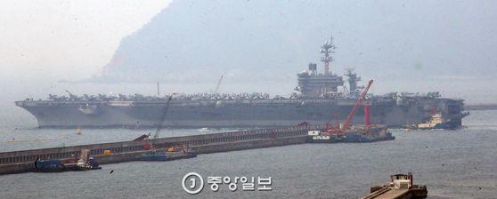 20일 오전 미국 해군의 핵추진 항공모함 칼빈슨호(CVN 70)가 부산항을 출항하고 있다. 항공기 80대를 탑재한 '떠다니는 군사기지' 칼빈슨호는 한미 독수리훈련의 일환으로 이달 25일까지 한반도 전 해역에서 북한의 해상도발 위협에 대비한 연합 해상전투단 훈련에 참가한다.송봉근 기자 (2017.3.20.송봉근