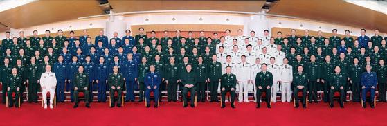 시진핑 중국 국가주석겸 중앙군사위 주석이 18일 군 편제개혁에 따라 새로이 편성된 84개 군급 부대의 지휘관 회의를 소집한 뒤 기념촬영했다. [베이징 신화=뉴시스]