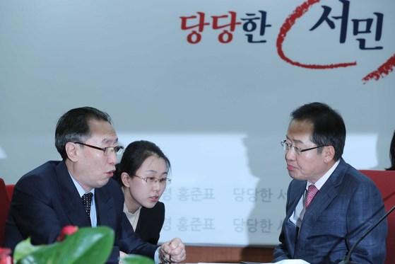 지난 4월 12일 홍준표 자유한국당 대선후보가 서울 여의도 당사에서 우다웨이 중국 6자회담대표와 회동해 이야기를 나눴다. 오종택 기자