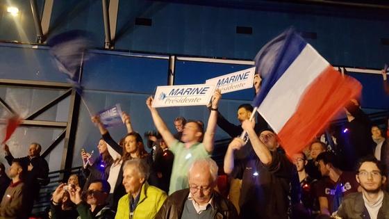 마린 르펜 유세장에서 프랑스 국기를 흔들고 있는 지지자들. 유럽연합 깃발은 찾아볼 수 없다. 파리=김성탁 특파원