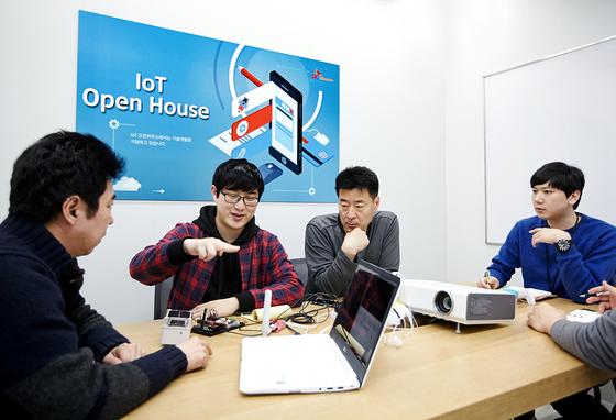 경기도 분당 SK텔레콤의 'IoT 오픈하우스' 내 사무실에서 SK텔레콤 직원들과 엔젠소프트 연구원들이 신제품의 개선 방안에 대해 논의하고 있다. [사진 SK텔레콤]