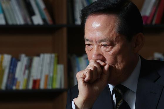 지난 12일 인터뷰에서송영무 위원장은문재인 후보가 안보에 대해 깊은 관심을 갖고 있다고 힘주어 말했다. [사진 김경록 기자]