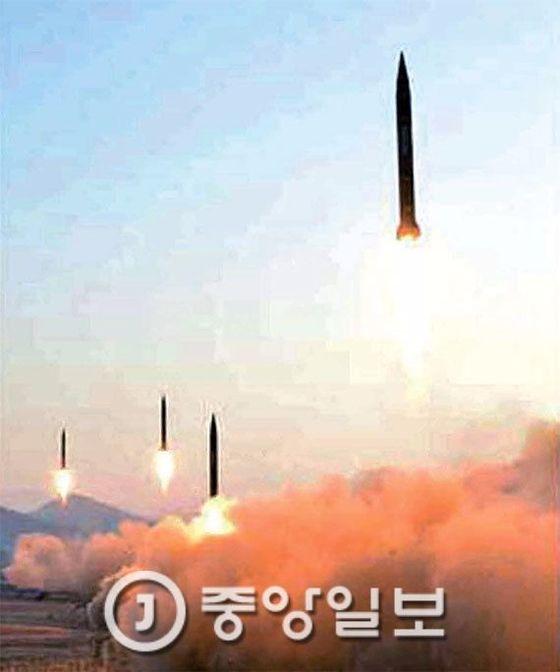 북한군은 지난달 6일 평안북도 철산군 동창리에서 스커드 ER 미사일 4발을 발사했다. 북한 조선 중앙TV는 이날 발사 현장에서 김정은 노동당위원장이 발사를 지도했다고 보도했다. [중앙포토]