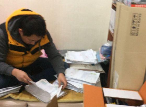 지난 2월 경기도 수원의 불법 입·출국 브로커 사무실을 압수수색하고 있는 경찰. 이 브로커는 자신의 공인중개사 사무실에서 네팔 국적 외국인들의 체류자격 연장을 위해 서류를 위조한 것으로 조사됐다. [사진 경찰청]