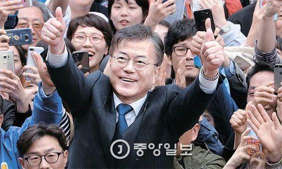 문재인 더불어민주당 후보가 전북대 앞에서 지지를 호소하고 있다. 오종택·박종근 기자