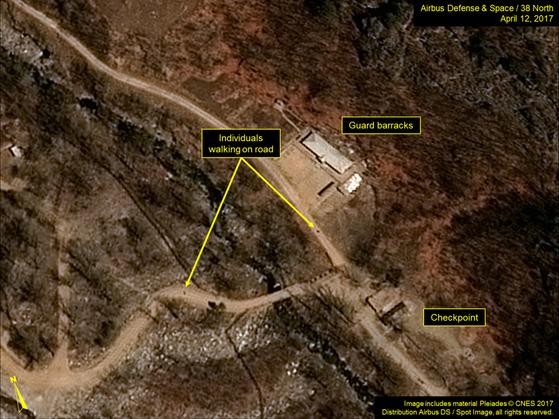 지난 12일(미국 현지시간) 풍계리 핵실험장 위성사진. 경비병 막사 근처에서 사람들이 걷는 모습이 포착됐다. [사진 38노스ㆍ에어버스 DS]