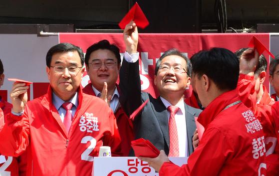 홍준표 자유한국당 대선후보가 18일 부산 서면을 찾아 보수세력 결집을 촉구하고 있다.송봉근 기자
