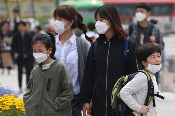 황사·미세먼지로부터 호흡기를 보호하기 위해 마스크를 착용한 시민들. 대부분 마스크 끈을 귀에 걸고 있는데, 머리 뒤로 당겨 안전고리로 고정시켜야 차단 효과가 높아진다. [중앙포토]