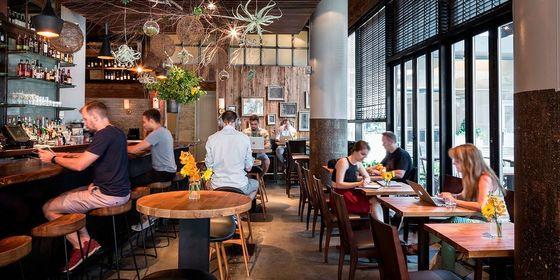 미국 스타트업 스페이셔스는 영업 시작 전 레스토랑을 공유 사무공간으로 내주는 서비스를 한다. 뉴욕의 레스토랑에서 업무중인 스페이셔스 회원들. [사진 스페이셔스 홈페이지]