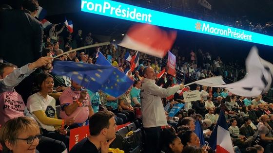 17일(현지시간) 에마뉘엘 마크롱 프랑스 대선 후보의 유세장에선 지지자들이 프랑스 국기와 유럽연합(EU) 깃발을 함께 흔들었다.[파리=김성탁 특파원]