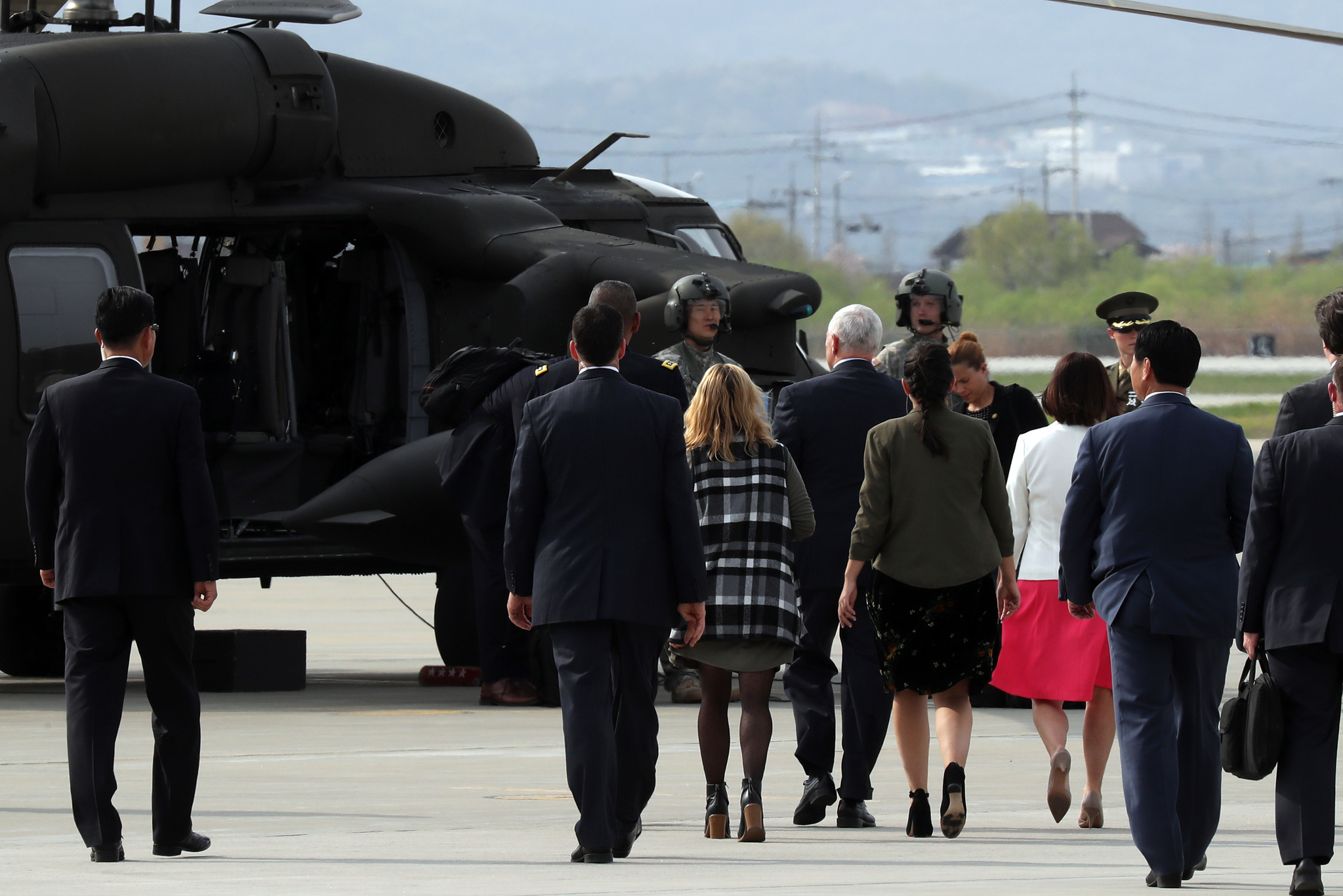 마이크 펜스 미국 부통령이 16일 오후 경기도 오산 공군기지에 도착, 가족들 앞에서 걸으며 헬기로 이동하고 있다. 김경록 기자