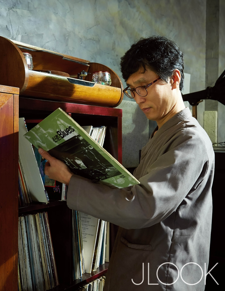 빈티지 LP바 까망까레를 오픈한 한의사 최윤욱.