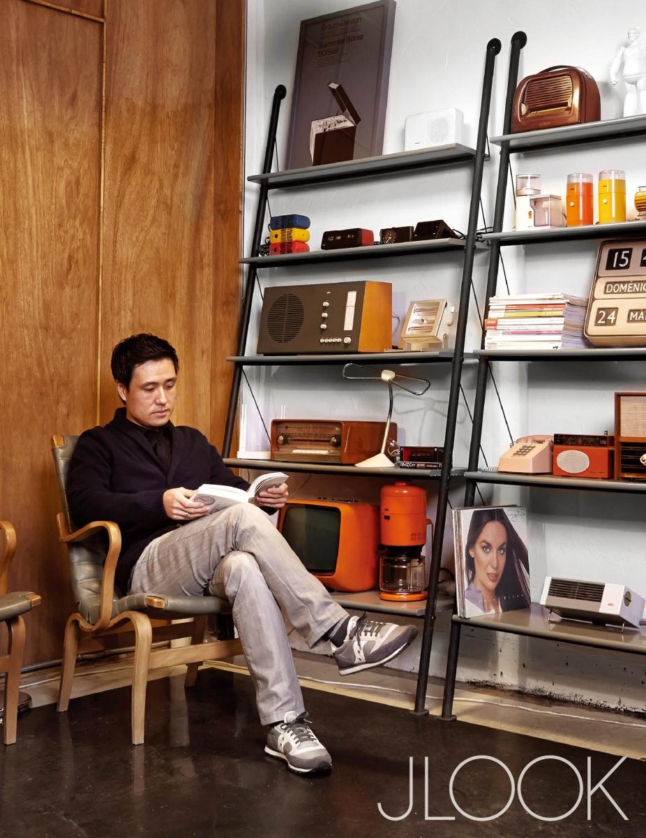 브라운의 휴대용 라디오 SK1, 클레어턴 G2 오디오 등이 진열된 '182 다크브라운' 공간에 앉아 있는 김희수 작가.